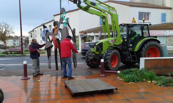 Arrivée de la sculpture monumentale sur le parvis du Centre culturel