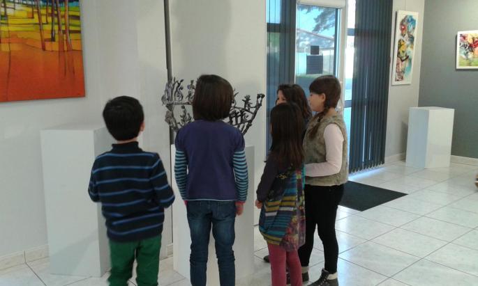 Les élèves sont toujours admiratifs devant les sculptures de Philippe Pateau