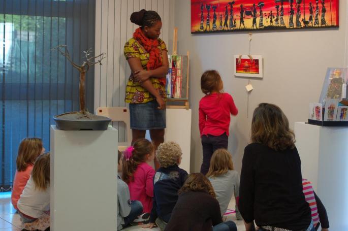Mawuse explique sa peinture aux élèves