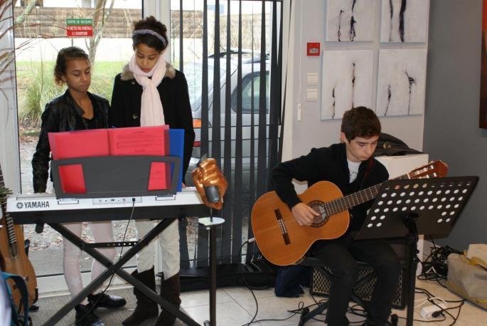 Les élèves de l'école de musique TEMPO animent le vernissage