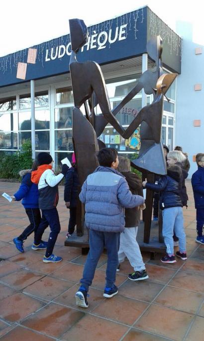 La sculpture attire les enfants