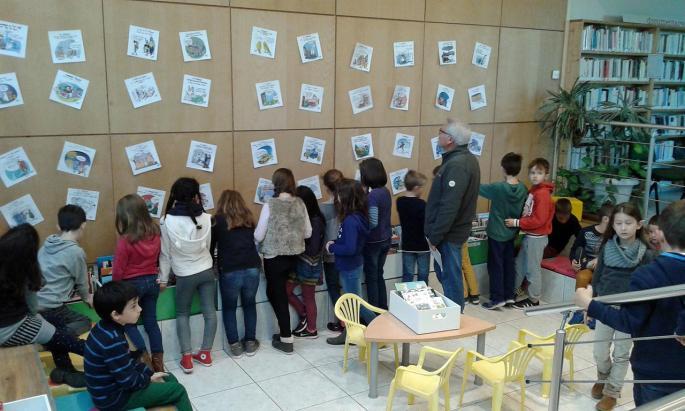 Les élèves devant les dessins de Jérémie