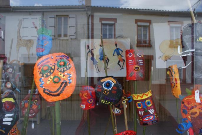 Masques en vitrine (travaux des scolaires)