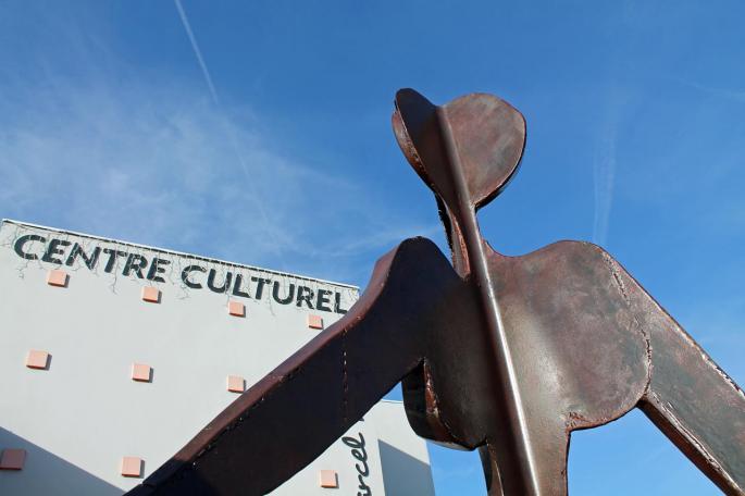 Détail de la sculpture à l'entrée du Centre culturel Détail 1