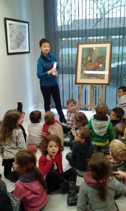 Une enseignante commente un tableau de Dominique Frémy à ses élèves.