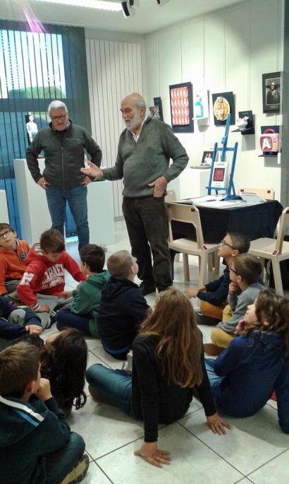 Yves Bouvier explique son travail aux élèves.
